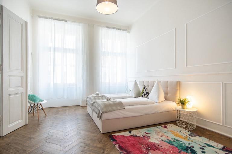 Bright and Spacious Apartment in Popular Prague's Neighbourhood by easyBNB, Praha 7