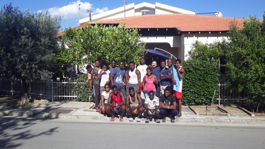 Costas Hostel Action,