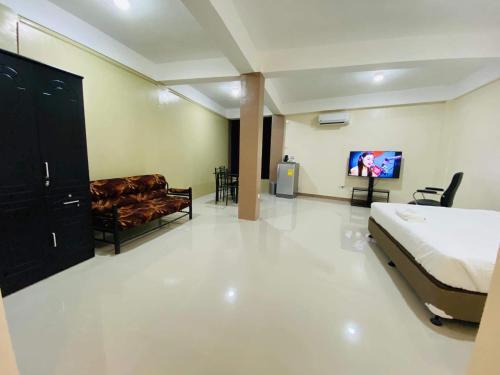 Red Palm Inn studio room with Netflix, Baybay City