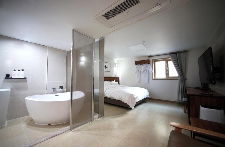 HOTEL YOU&I, Nam