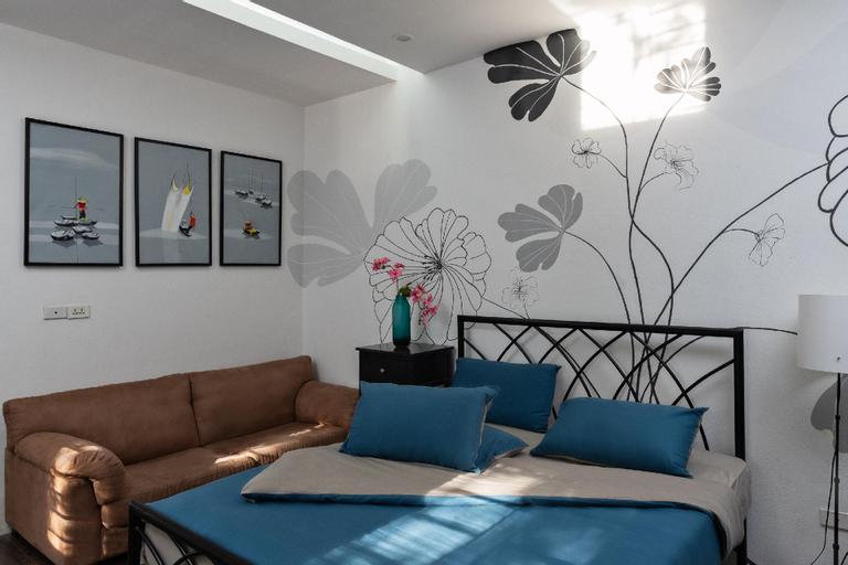 Chip's Family 201. Private Double Room w Courtyard, Ba Đình
