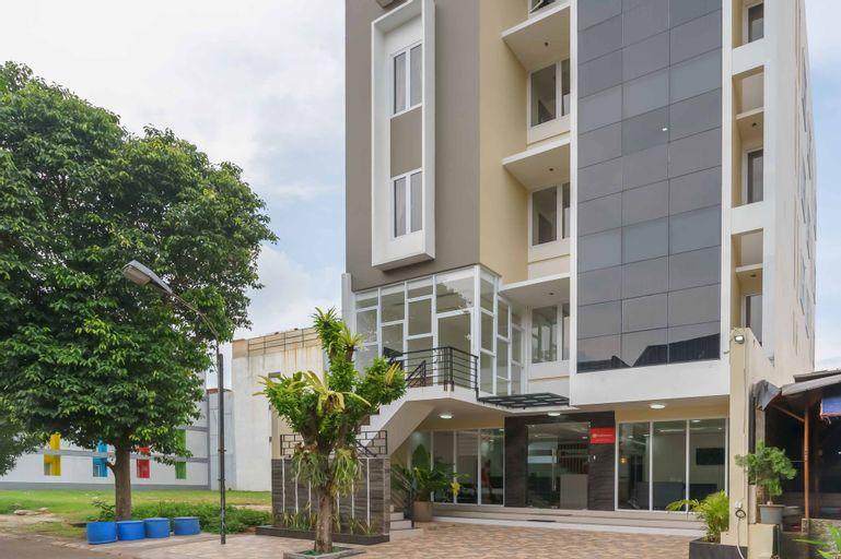 RedDoorz Plus near Eka Hospital BSD 5, Tangerang Selatan