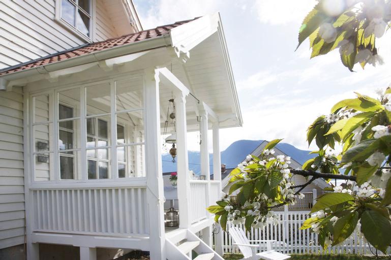 Villa Solvorn, Luster