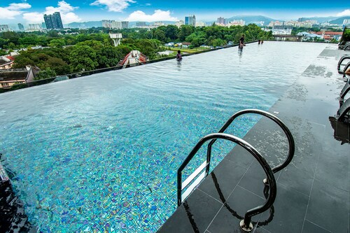 OYO Home Studio Expressionz Suites KL Tower View from Infinity Pool, Kuala Lumpur