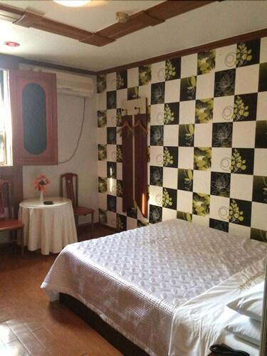 Crown Motel, Nam