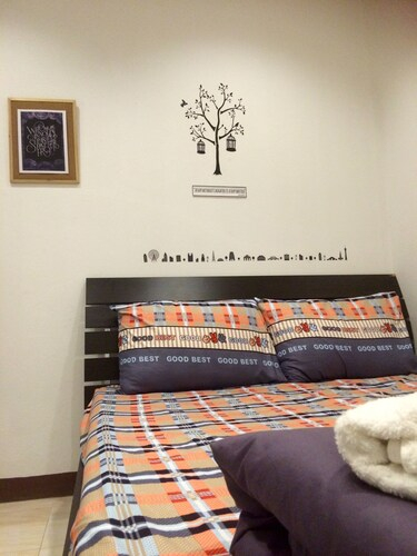 Wake Up Hostel Bangkok, Din Dang