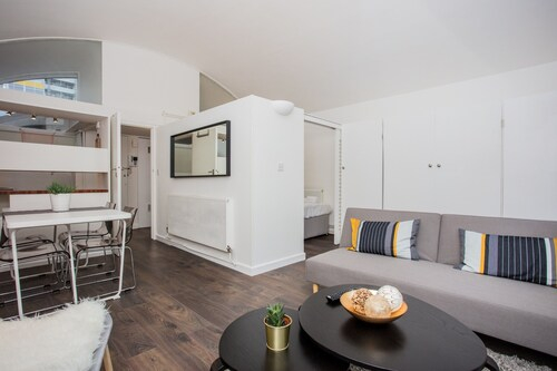 Central 2 Bed Apartment Near the Barbican, London