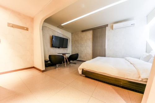 Duruwa Hotel, Nam