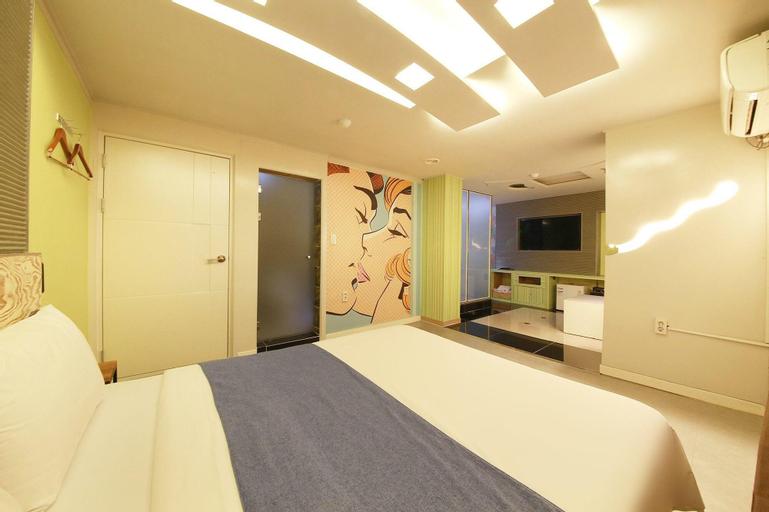 Starry Night Hotel, Nam