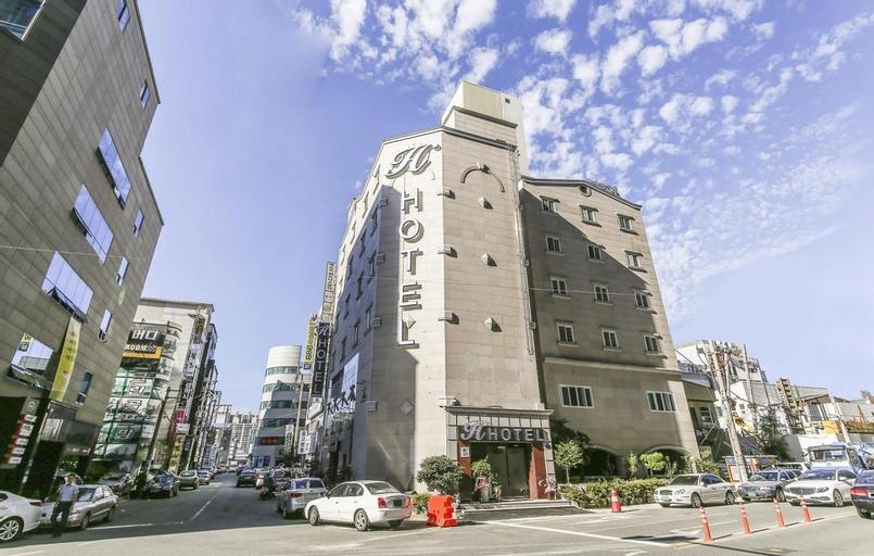 H  Hotel, Jung