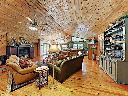 "New Listing! ""Mountain Laurel Lodge"" w/ Hot Tub home, Transylvania"