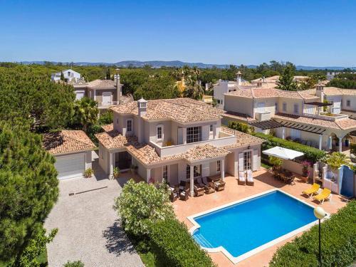 Vale do Garrao Villa Sleeps 8 with Pool Air Con and WiFi, Loulé