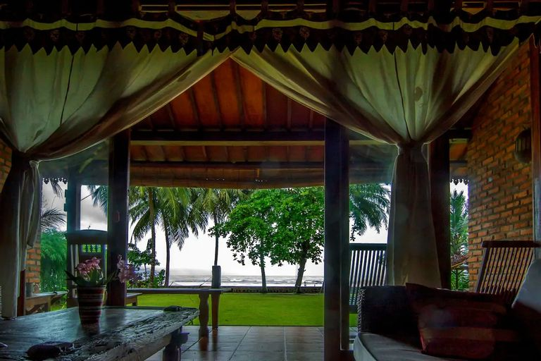 Seafront 2BR Villa Joglo in Sambolo, Carita - 30 mins from Anyer, Serang