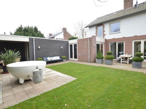 Luxury Holiday Home with Hot Tub in Heythuysen, Heythuysen