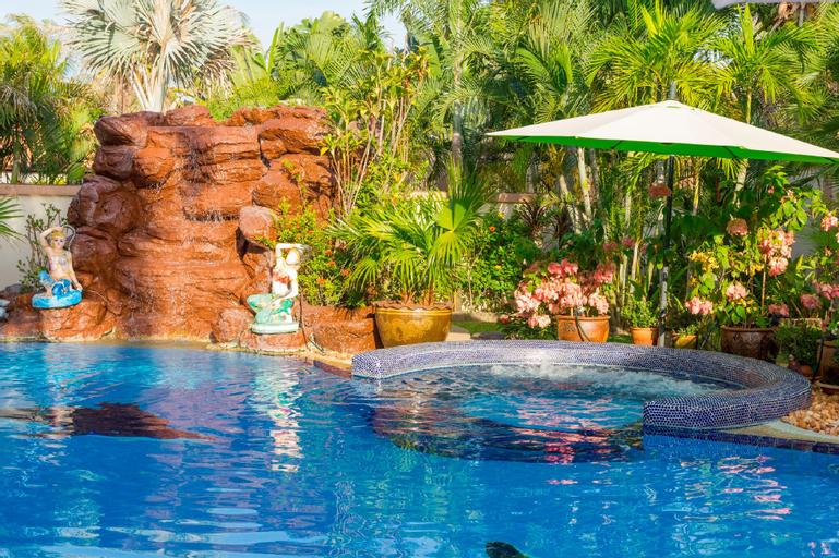 Stunning Villa & Large Swimming Pool Near Pattaya, Bang Lamung