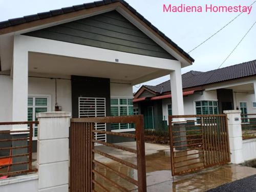 Madiena Homestay, Yan