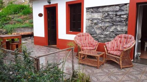 House with one bedroom in Camacha with wonderful mountain view enclosed garden and WiFi 12 km from t, Santa Cruz