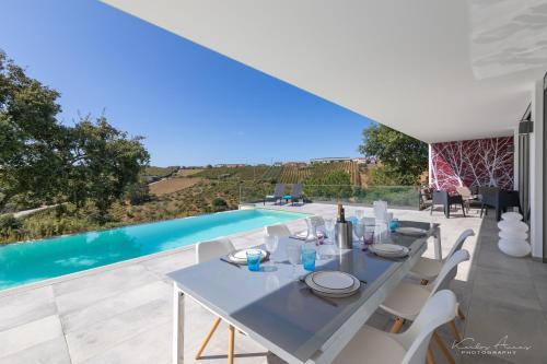 Elegant Villa with infinity pool & hot tub, Óbidos