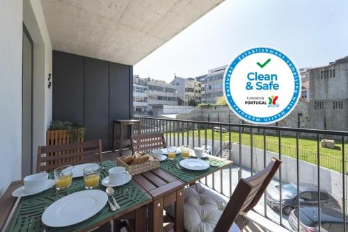 LovelyStay - Downtown Balcony Apartment with Free Parking, Porto