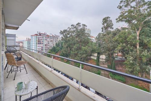 Light Apartment W/ Balcony + Free PickUp by TimeCooler, Lisboa