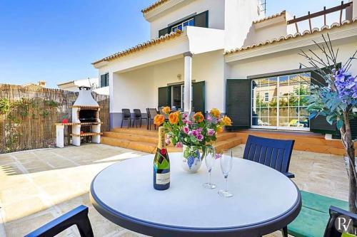 Vale do Garrao Villa Sleeps 7 with Pool and WiFi, Loulé