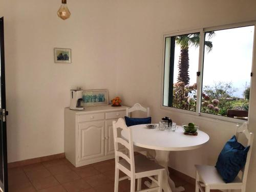 House with one bedroom in Ponta do pargo with wonderful sea view furnished garden and WiFi, Calheta