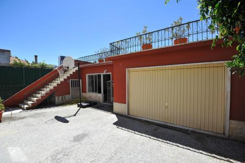 House with 5 bedrooms in Lisbon with wonderful city view enclosed garden and WiFi, Lisboa