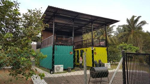 Tanah Adlena Rumah Kontena Farmstay and Outdoor Camping, Pontian