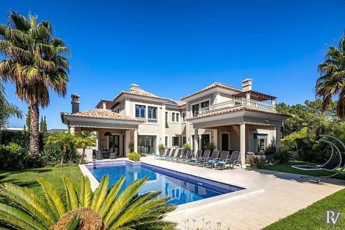Villa in Almancil Sleeps 10 with Pool Air Con and WiFi, Loulé