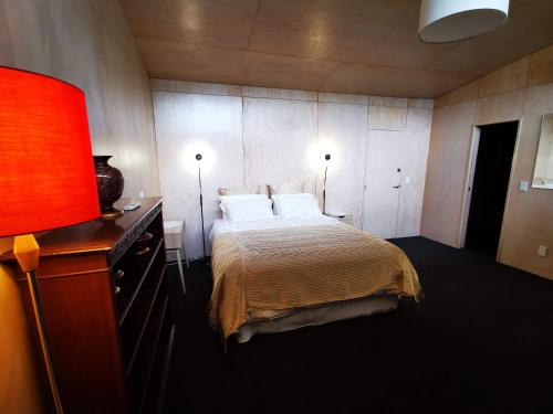 Hakarimata Lodge - Riverside Master Bedroom, Waikato