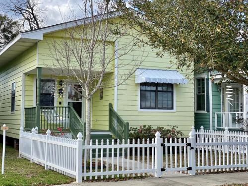 Adorable Bungalow steps to Downtown and the Beach!!, Harrison