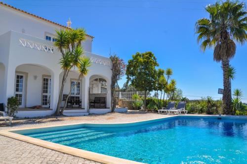Divine Countryside Villa w Pool and Splendid Views, Loulé