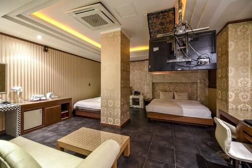 Sunflower Hotel, Nam