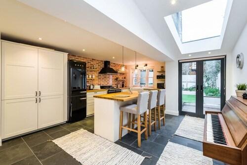Stunning Spacious 4BR House with Garden - Sleeps 8, London
