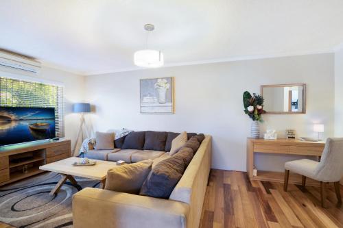 Spacious Renovated Apartment In Quiet Area, Canterbury