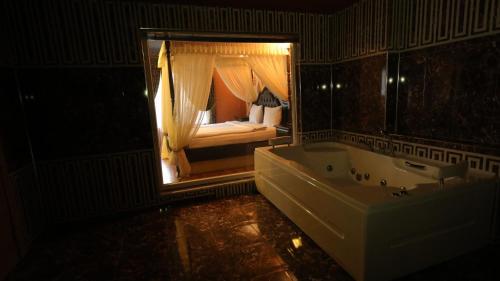 Ronesans Life Hotel, Merkez
