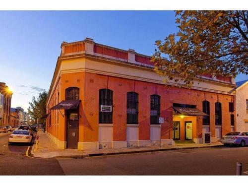 Pakenham Palace - Two bedroom converted warehouse apartment, Fremantle