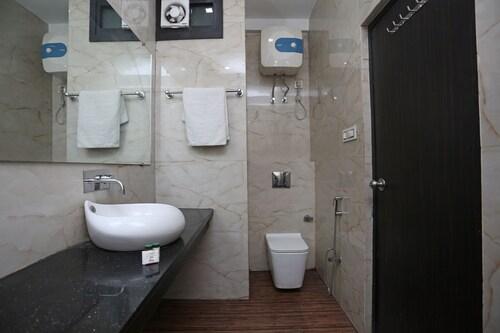 OYO 27864 Hotel Samrat, Gurgaon