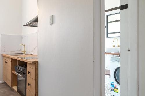 Sunny Apartment with Private Parking, Burwood