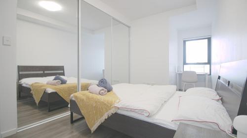 Master Room with en-suite Bath in 2 Bed 2 Bath Apartment, Burwood