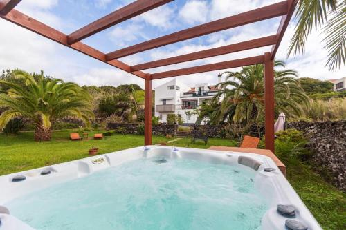 Apartment with 3 bedrooms in Caloura with furnished terrace and WiFi, Lagoa