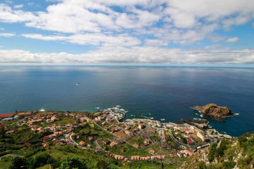 House with 2 bedrooms in Porto Moniz with wonderful sea view enclosed garden and WiFi, Porto Moniz