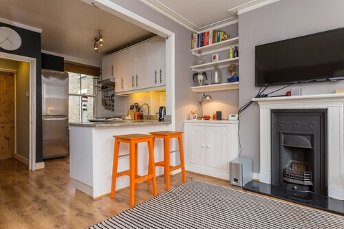 1 Bedroom Apartment near Denmark Hill Sleeps 4, London