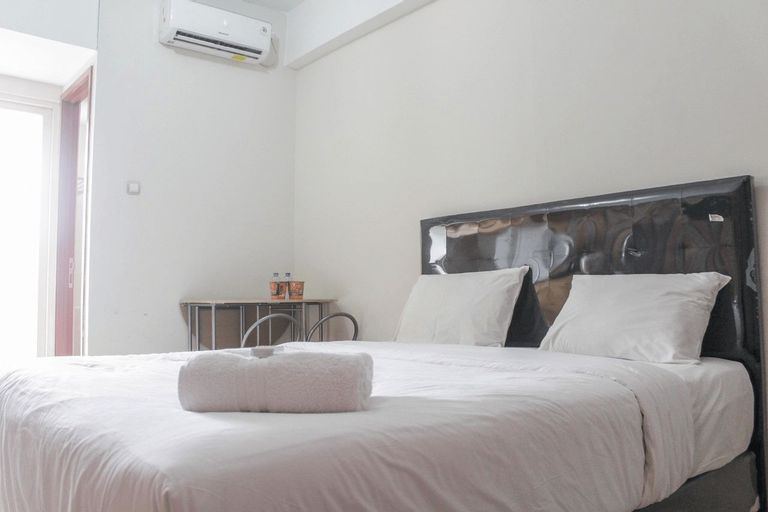 Simply Minimalist Studio Green Lake View Ciputat Apartment By Travelio, Tangerang Selatan