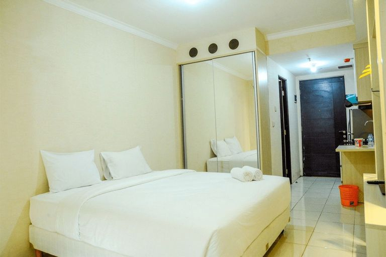 Modern Studio Room at Grand Serpong Apartment By Travelio, Tangerang