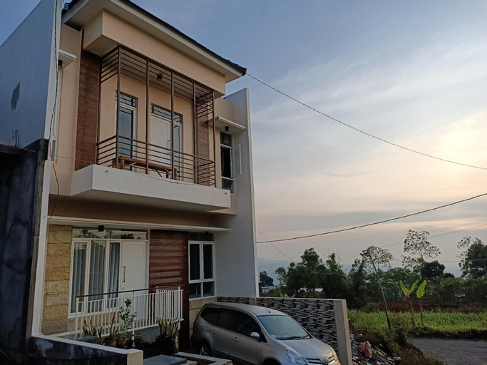 Full House 3 Bedroom at VILA FARABELA BATU, Malang