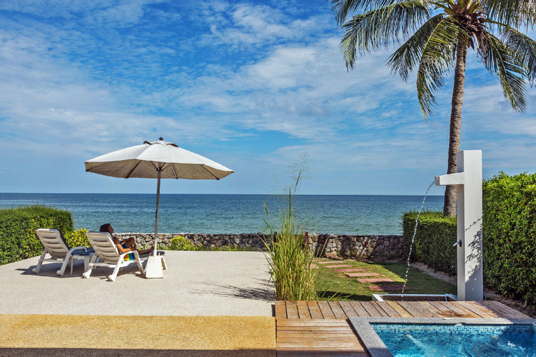 Absolute beachfront-villa with private jacuzzi, Thap Sakae