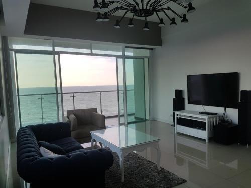 Bay Resort Condominium, 7, Beach-front Sea view, 6-8 PAX, Miri