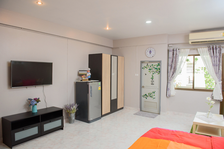 A Studio Room, Cozy and Clean by Smile GrayRoom, Din Dang