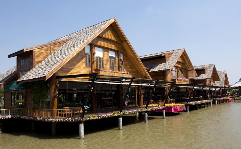 Relaxing Palm Pool Villa & Tropical Illuminated Garden & Swimming Pool., Bang Lamung